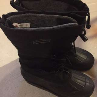 Winter man waterproof boots size#9. Shoes size 9.5 is ok too.