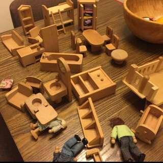100% 木製傢俬,整齊全屋家具用品,極具教育意義。