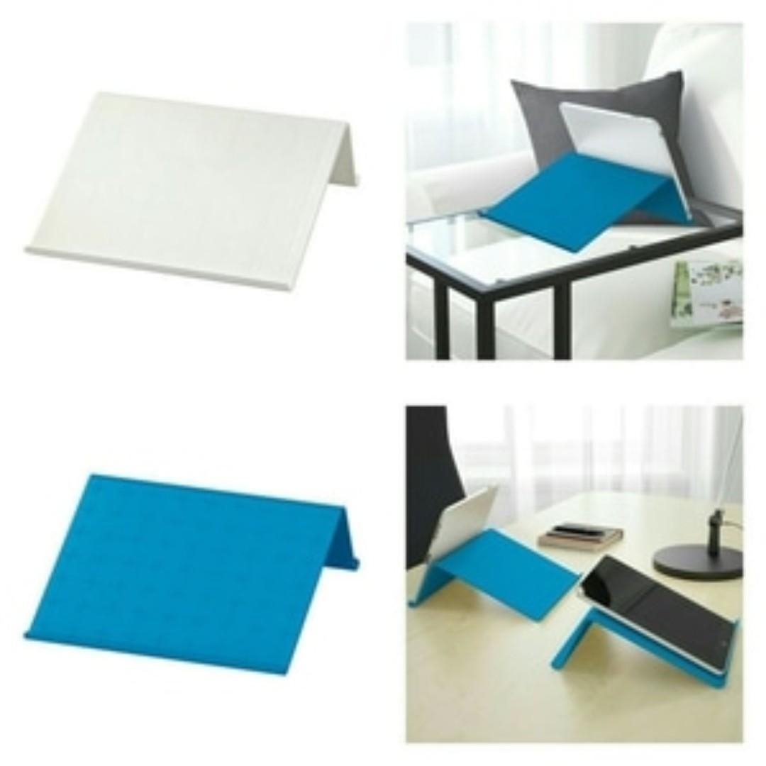 IKEA ISBERGET Stand tablet warna putih dan biru ukuran 25x25x9 cm