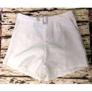 白色西裝短褲