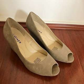 SIZE 7 LIKE NEW NUDE SUEDE HEEL SHOES