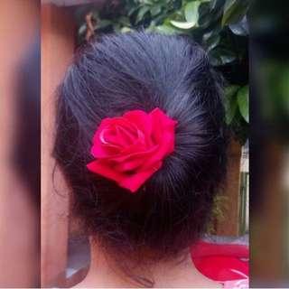 Jepit pesta mawar merah