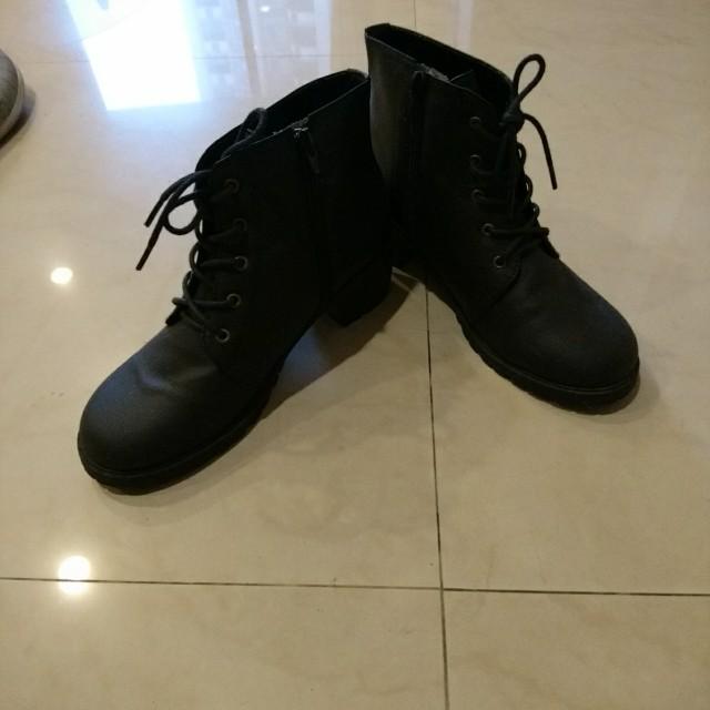 低跟黑色踝靴 38號