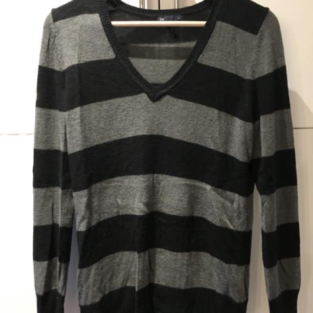 Gap vneck sweater size M