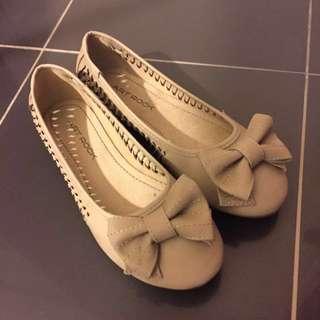 米色平底鞋