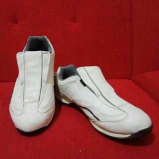 Airwalk shoes for him. Size10 kondisi 90% white colour