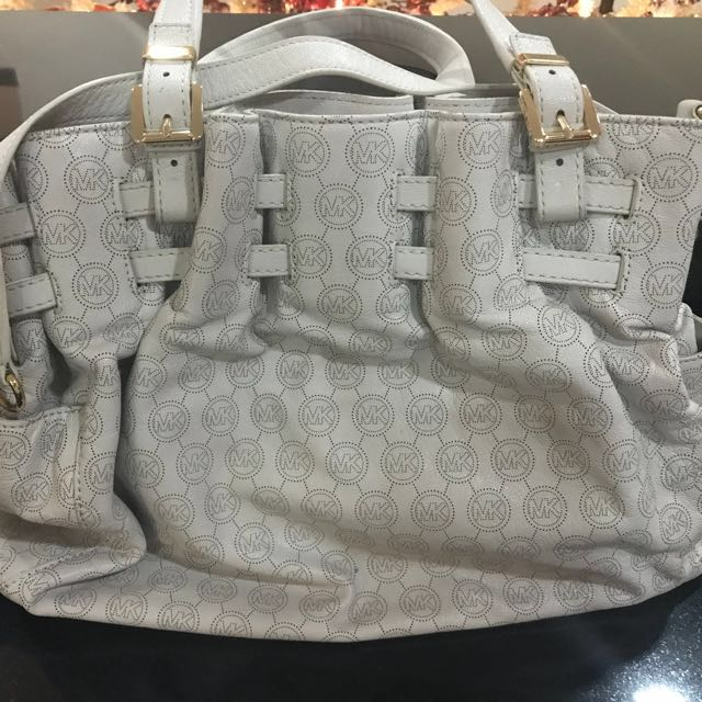 b78095133454 Authentic Michael Kors White Bag with Gold Chain