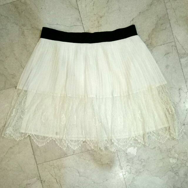 FOREVER 21 pleated lace flowy skirt Cream White with Black waist Garter / Band