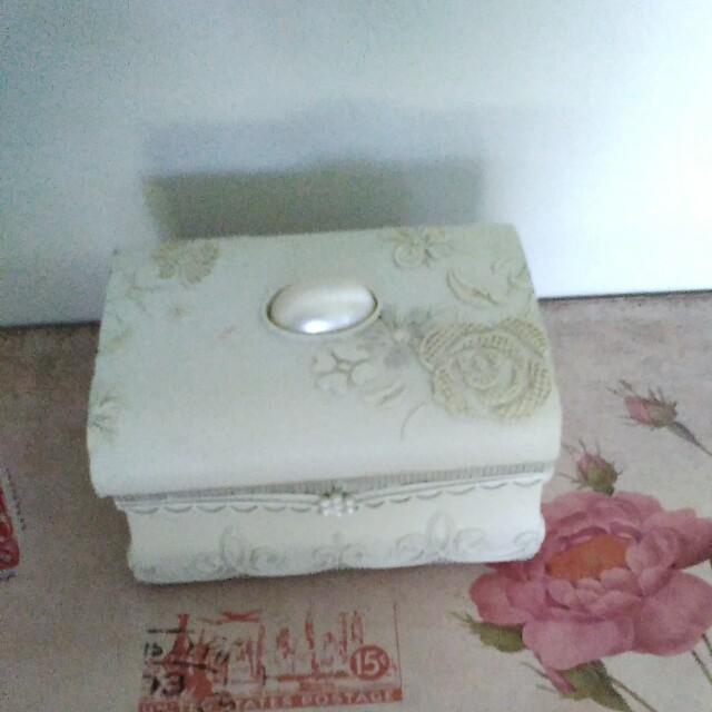 Free Off white trinket box