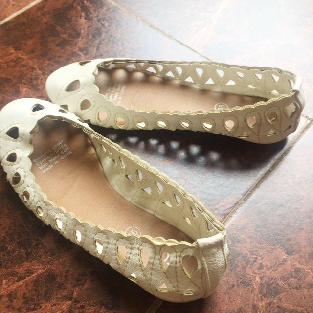 Sepatu flat rubi ukuran 35, kondisi msh enak dipake 70 % warna putih. Panjang kaki 22 cm