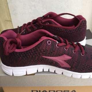 Sepatu Diadora Merah Maroon