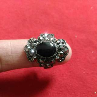 Fashion ring with black stone