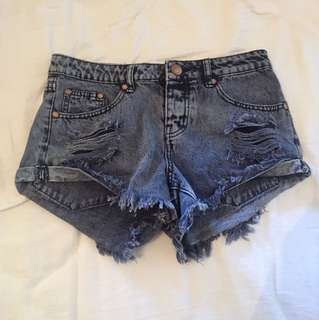 FRATED MID RISE DENIM SHORTS