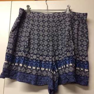 Patterned loose shorts