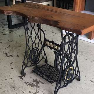 Retro sewing machine coupled with solid wood design table