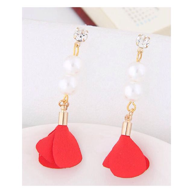 Anting tassel bunga