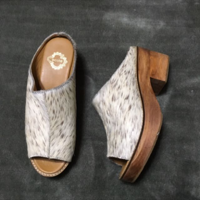 BRAND NEW URBAN OUTFITTERS WODDEN CLOG MULES WITH FAUX FUR TOP