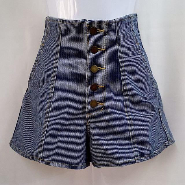 Miia 高腰排扣牛仔短褲
