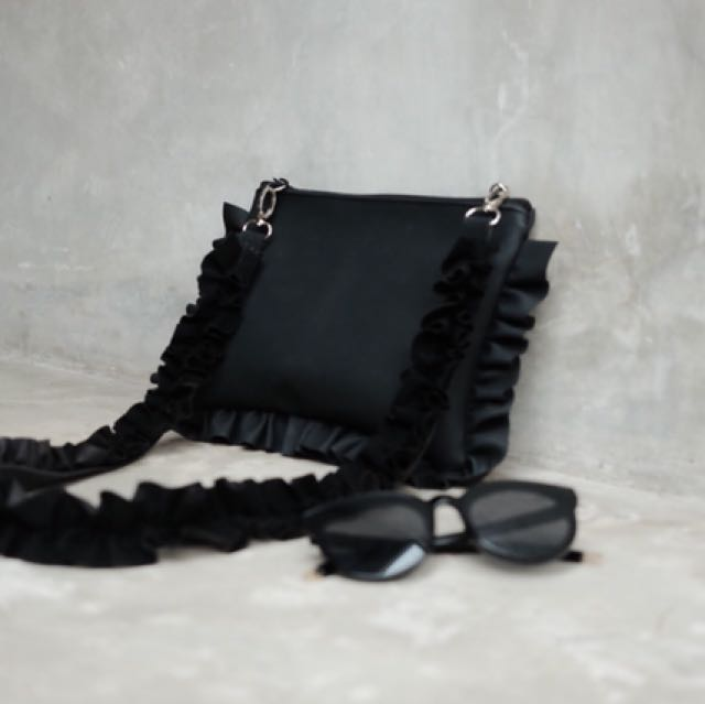 Ruffle bag hitam