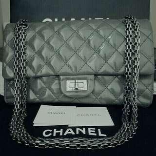 💙💖超平 100% Real Chanel 2.55 grey with silver chain handbag.  Come with Chanel sticker , booklet  and paper bag. Size: L24cm x H15cm x Base D14cm