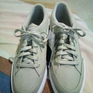 Brand New Nike Shoes. Size 8.5M. 1500 only!