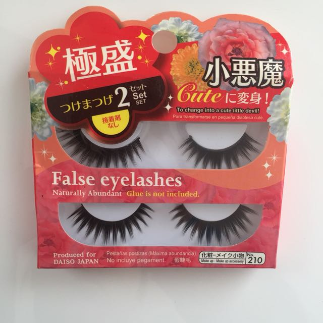 Dramatic false eyelashes