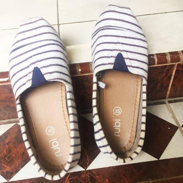 Sepatu Flat merk Rubi, kondisi 70% msh bagus engga cacat cuma belum dicuci, ukuran 35 panjang 21-22 cm.
