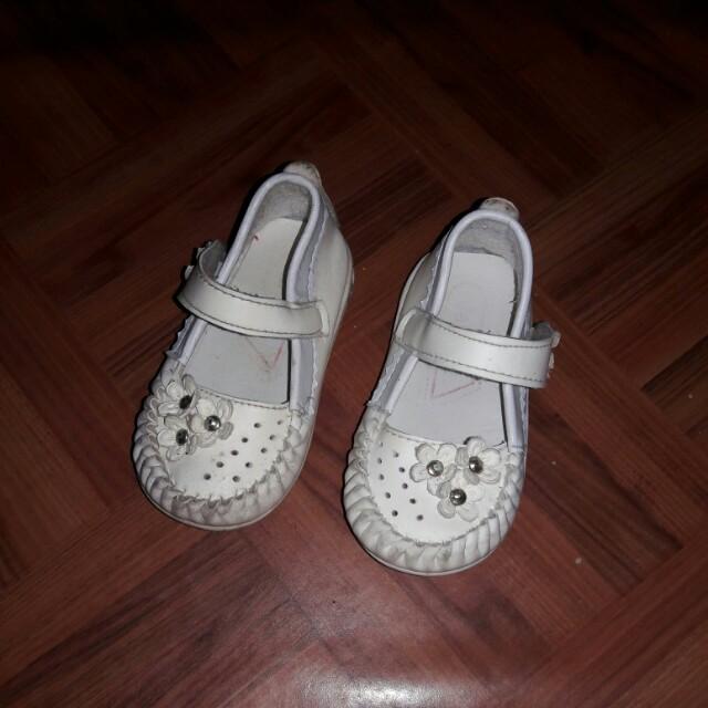 Sepatu putih size 24