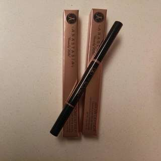 ANASTASIA Beverly Hills Triangular Brow Definer