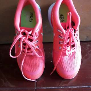 Nike ori di jamin masih baru pakai 1kl kekecilan dikaki sy  😑 geser pic ya say 😘ukuran 38