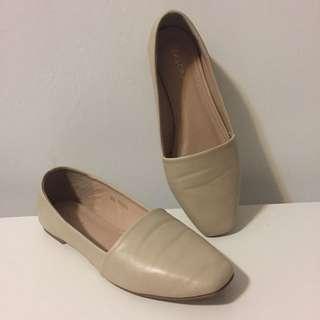 ZALORA 米色方頭平底鞋