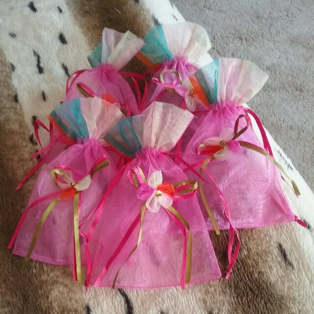 5 x hot pink with rainbow top medium organza bags