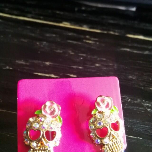 Cute earrings skulls
