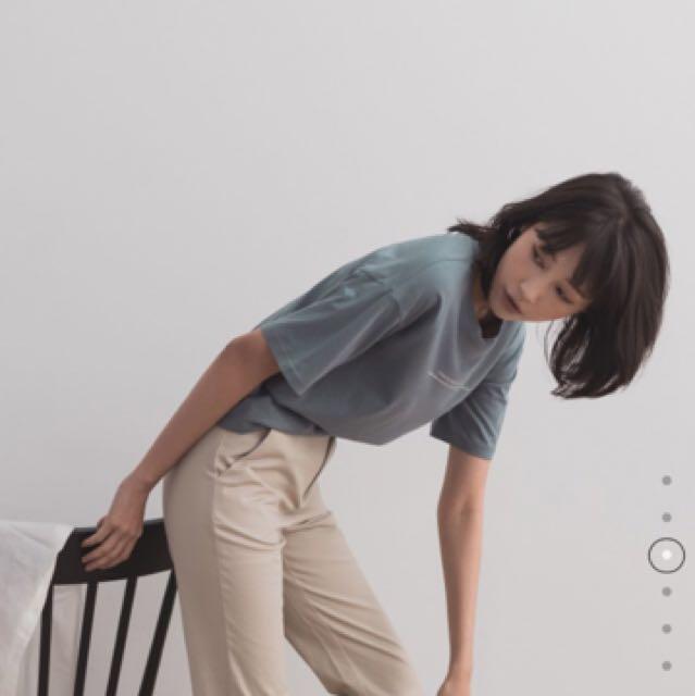 Meier.q MIT 極簡T-shirt 灰藍色 奧黛莉本語錄 上衣