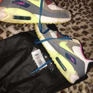 Nike Air max.                                                                 Size 8 but it can also fit a size 7