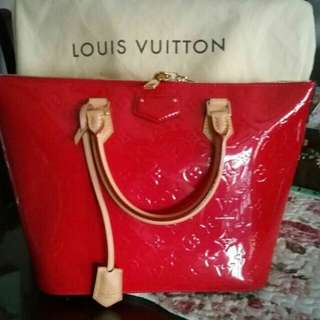 LV BAG GOOD CONDITION 10/10  . IT COME WITH DUST BAG.... ITEM BUY ON MARCH 2017 STILL UNDER WARRANTY
