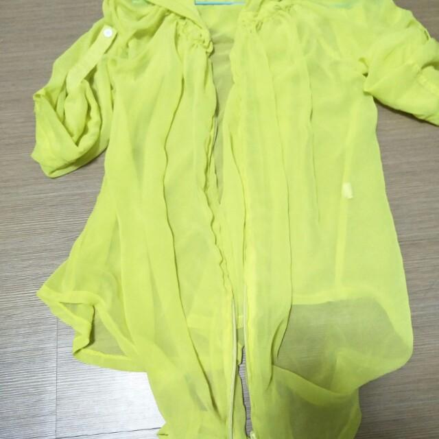 去日本玩買回來的雪紡外套  質料很好  袖子可調長短  很好看的剪裁  芥末黃  連帽薄外套