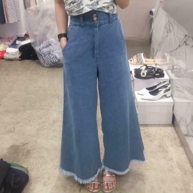 正韓 抽鬚牛仔褲。M 版型和照片一樣實穿的超好看。   原価1080元。  穿幾次