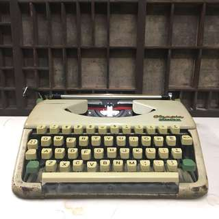 60s Olympia SPLENDID 33 portable typewriter