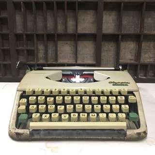 60s Olympia SPLENDID 33 portable typewriter
