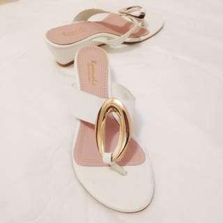 金屬環夾角低跟鞋白色
