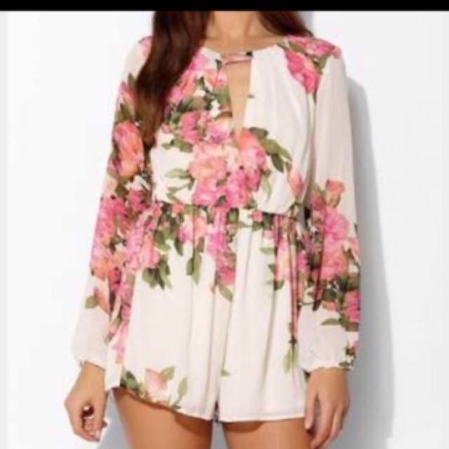 Reverse floral play suit fits 6-8