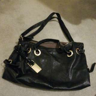 Spacious cute black handbag!