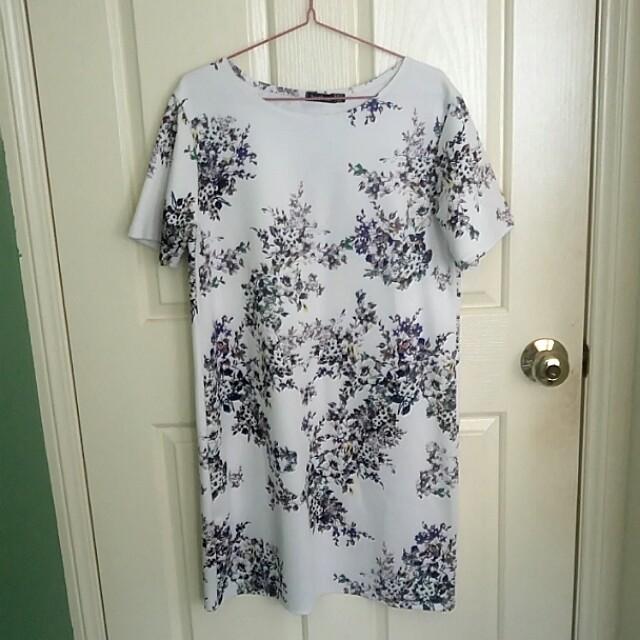 Boohoo white floral shift dress M
