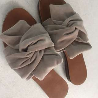 Slippers/ sandals