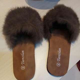 最新商品上架~全新流行時尚款 最佳人氣商品(每雙300元) 咖啡色,深灰色毛毛拖鞋 36號(23公分)