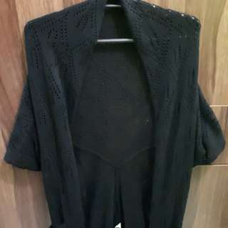 Black knitted chaleco