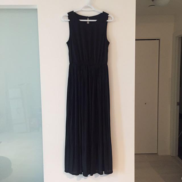 Black pleated maxi dress - size S