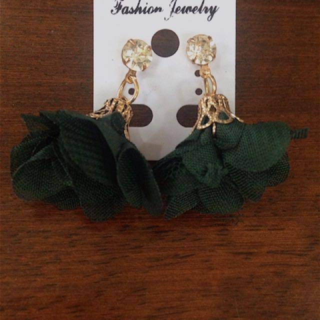 Green flower dangling earrings