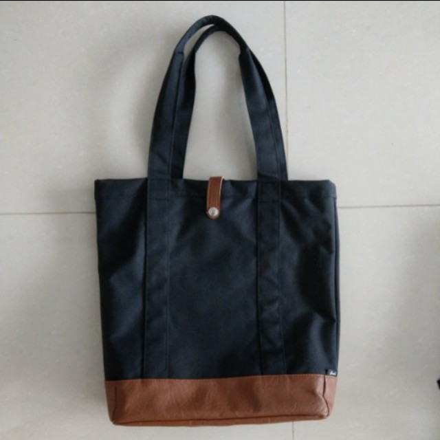ad13387dfda Herschel Market Tote Bag Brand New, Men s Fashion, Bags   Wallets on  Carousell